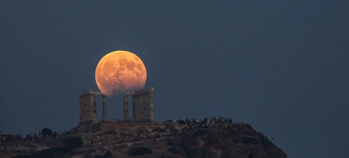 Μαγεία: Η αυγουστιάτικη πανσέληνος πάνω από την Ελλάδα -Και μερική έκλειψη [εικόνες]