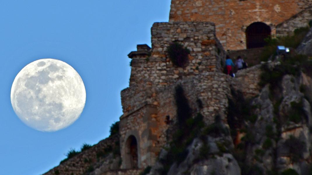 Το φεγγάρι ανατέλλει πάνω από το Ναύπλιο μία ημέρα πριν την τρίτη υπερπανσέληνο του έτους-Φωτογραφία: ΑΠΕ-ΜΠΕ/ΜΠΟΥΓΙΩΤΗΣ ΕΥΑΓΓΕΛΟΣ