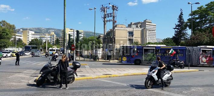 Οπαδοί του ΠΑΟΚ με full face πετούσαν μέσα από τα λεωφορεία μπουκάλια σε αυτοκίνητα στο κέντρο της Αθήνας