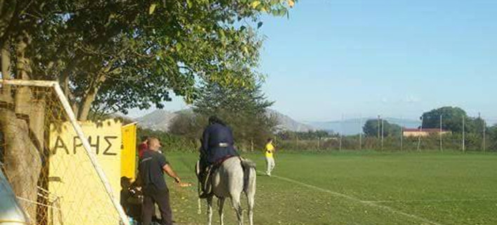 Λάρισα: Παπάς καβάλα σε άλογο εισβάλλει στο γήπεδο για να τα... ψάλει στον προπονητή [εικόνα]