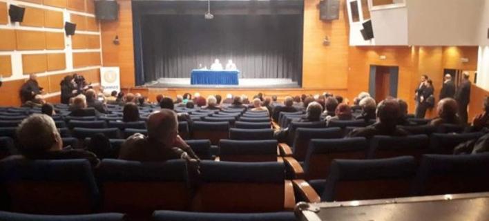 Η αίθουσα την ώρα της ομιλίας του Νίκου Παππά