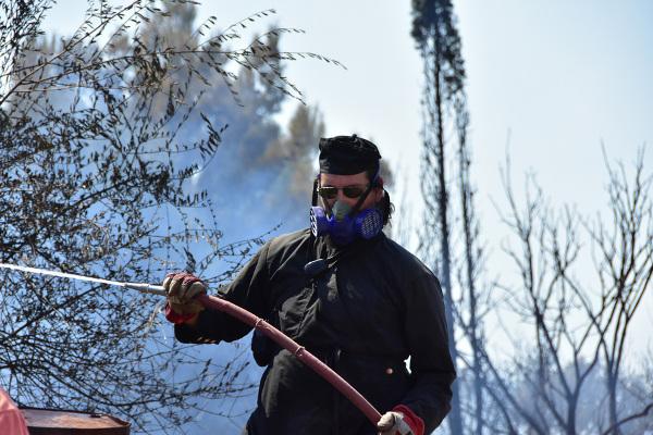 Ενας παπάς πυροσβέστης στην Αργολίδα -Μάχη με τις φλόγες, με ράσο[Photos]