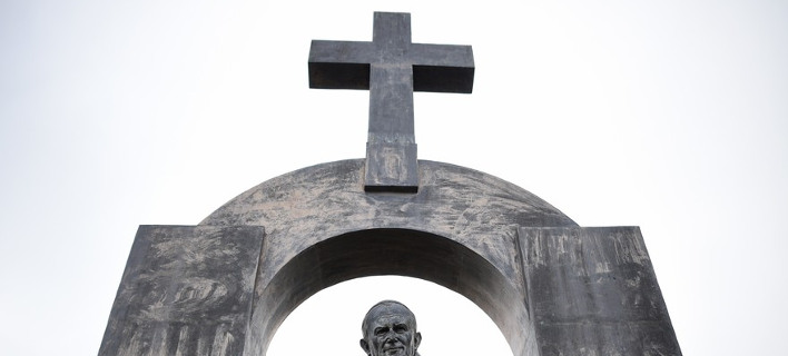 Διαχωρισμός Εκκλησίας-Κράτους: Στη Γαλλία «κόβουν» τον σταυρό από άγαλμα του Πάπα [εικόνες]