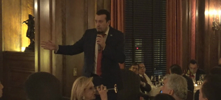 Ο Νίκος Παππάς στην Αμερική φόρεσε γραβάτα -«Η Ελλάδα πάει καλά»