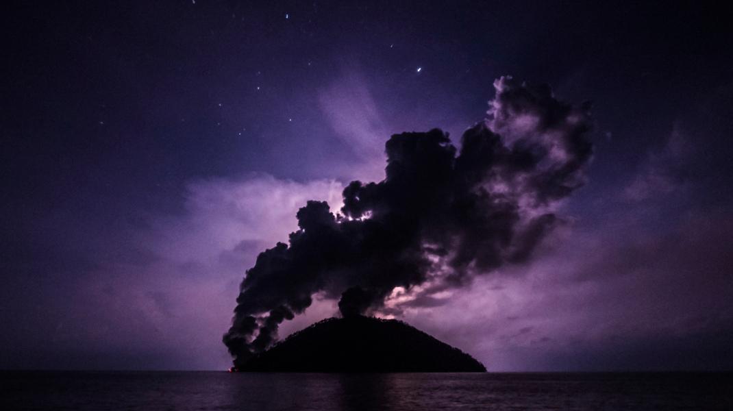 Βρυχάται το ηφαίστειο στο νησί Καντοβάρ στην Παπούα-Νέα Γουινέα -Φωτογραφία: Brenton-James Glover via AP