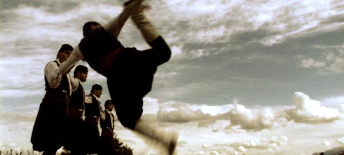 Οι παραδοσιακοί χοροί βοηθούν τους ηλικιωμένους να... πηδούν ψηλότερα