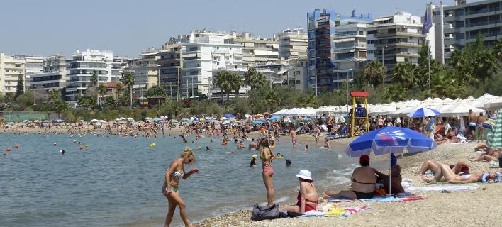 Το αδιαχώρητο στις παραλίες της Αττικής -Ασφυκτικά γεμάτες από κόσμο [εικόνες]
