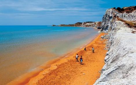 Η ελληνική «κόκκινη παραλία» με το περίεργο όνομα που είναι στη λίστα με τις πιο παράξενες πλαζ στον κόσμο (Photos)
