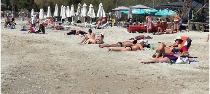 Εβγαλε ήλιο, γέμισαν κόσμο οι παραλίες της Αττικής -Στη σκιά του «Αγία Ζώνη» [εικόνες & βίντεο]