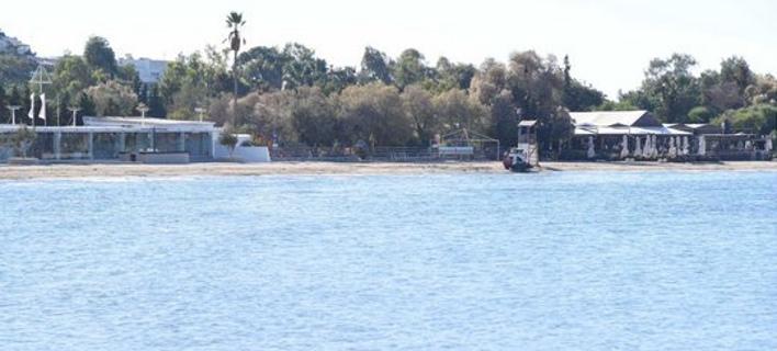 Συνεχίζονται οι εργασίες καθαρισμού σε ακτές του Σαρωνικού