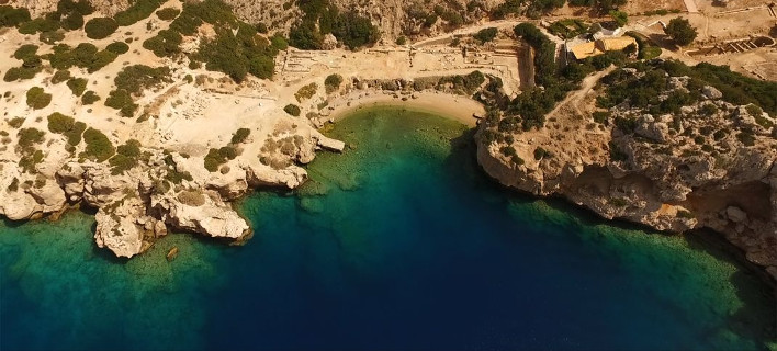 3 απίθανες παραλίες με σμαραγδένια νερά κοντά στην Αθήνα για να μην καταλάβεις καύσωνα [εικόνες]