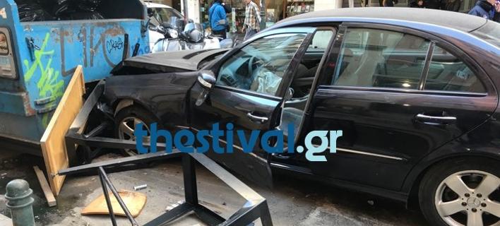 Το αυτοκίνητο έπεσε πάνω σε πεζούς (Φωτο: Thestival.gr)