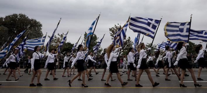 Μαθητές κάνουν παρέλαση/ Φωτογραφία: Konstantinos Tsakalidis / SOOC