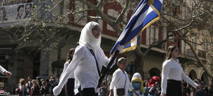 Παρέλαση στην Αθήνα: Η σημαιοφόρος με την μαντήλα που ξεχώρισε [εικόνες]