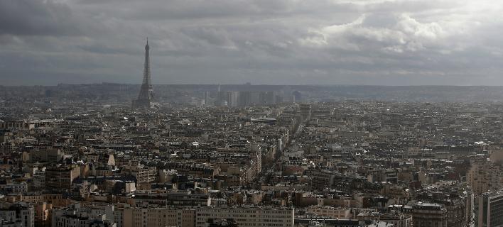 Τα πρώτα δακρυγόνα έπεσαν σε παράδρομο της Λεωφόρου των Ηλυσίων Πεδίων (Φωτογραφία: ΑΡThibault Camus)