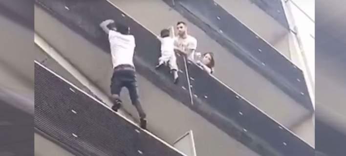 Παρίσι: Παράνομος μετανάστης ήταν ο ήρωας που σκαρφάλωσε 4 ορόφους για να σώσει το παιδάκι