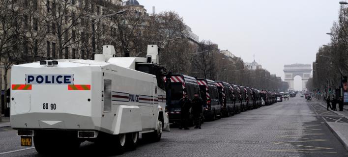 Δυνάμεις του στρατου και της αστυνομίας έχουν πάρει θέσεις «μάχης» (Φωτογραφία: ΑΡ/Kamil Zihnioglu)