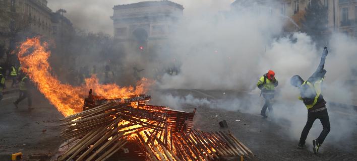 Χάος στους δρόμους του Παρισιού/ Φωτογραφία: AP- Thibault Camus