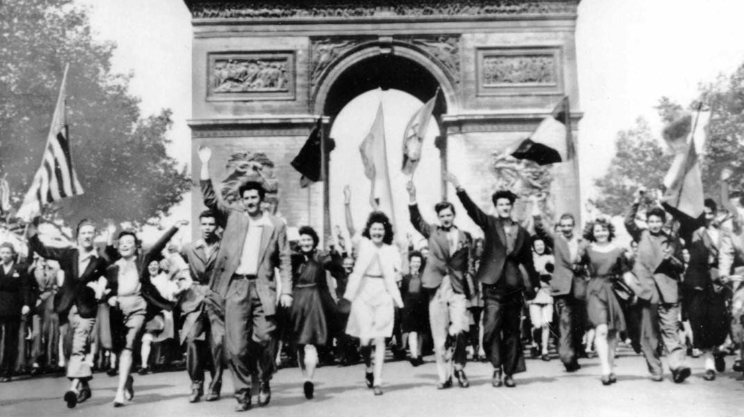 Σαν σήμερα πριν από 73 χρόνια, 9 Μαΐου 1945: Χιλιάδες Παριζιάνοι γιορτάζουν το τέλος του Β' Παγκοσμίου Πολέμου -Φωτογραφία: AP