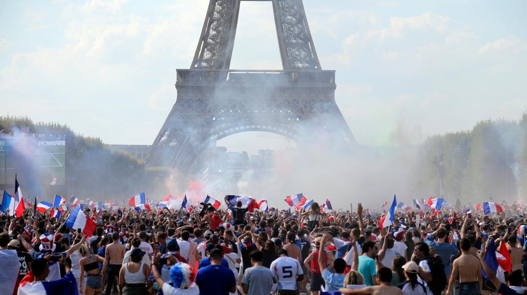 Στο «πόδι» το Παρίσι 20 χρόνια μετά