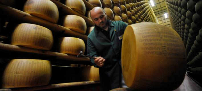 Όλο και περισσότεροι προτιμούν το ιταλικό τυρί Parmigiano Reggiano. Φωτογραφία: AP/Marco Vasini