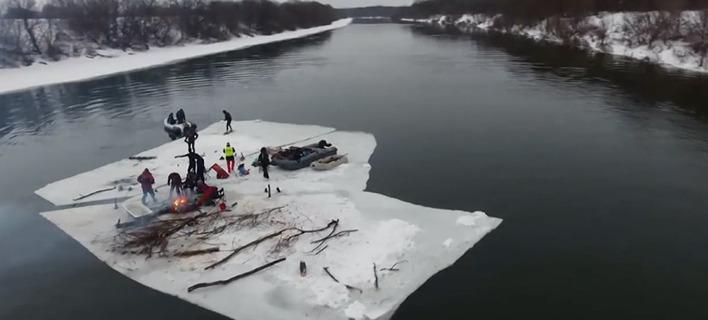 Είναι τρελοί οι Ρώσοι: Εκαναν πάρτι σε ποτάμι πάνω σε ένα πελώριο κομμάτι πάγου [βίντεο]