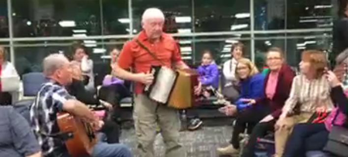 Καθυστέρησε η πτήση τους και έκαναν πάρτι στο αεροδρόμιο [βίντεο]
