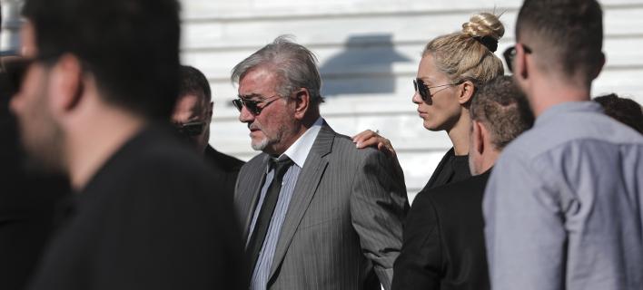 Ο πατέρας και η σύζυγος του Γιάννη Μακρή/ Φωτογραφία: AP