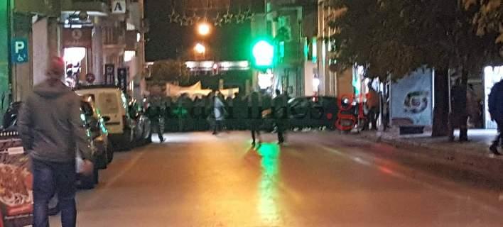 Πάτρα: Πάνω από 60 μολότοφ έριξαν οι κουκουλοφόροι -Στο δικαστικό μέγαρο και εναντίον των ΜΑΤ