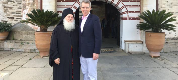 Η μονή Βατοπεδίου ήταν ο πρώτος σταθμός της επίσκεψης του πρεσβευτή , Φωτογραφίες: twitter/Geoffrey Pyatt