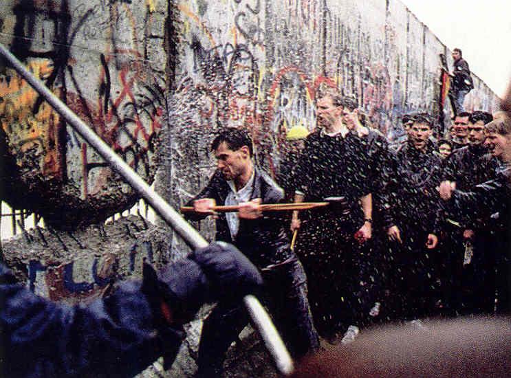9 Νοεμβρίου 1989: Το Τείχος του Βερολίνου πέφτει, ενώνει την Ευρώπη και την αλλάζει για πάντα [εικόνες&βίντεο] | iefimerida.gr 4