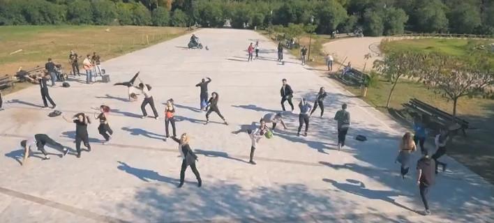 Εκπληκτοι οι περαστικοί στο Πεδίον του Αρεως -20 χορευτές έστησαν πρωινό πάρτι! [βίντεο]