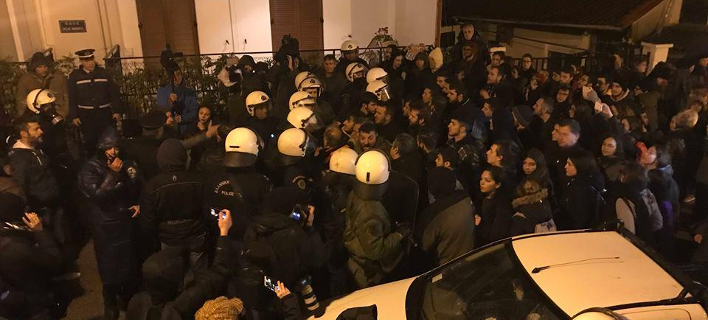 ΧΗΜΙΚΑ ΕΡΙΞΕ Η ΕΛΑΣ -ΔΕΝ ΕΦΤΑΣΕ ΠΟΤΕ Ο ΥΠΟΥΡΓΟΣ Θεσσαλονίκη: Επεισόδια & χημικά σε εκδήλωση με Γαβρόγλου-Τελικά ματαιώθηκε [εικόνε