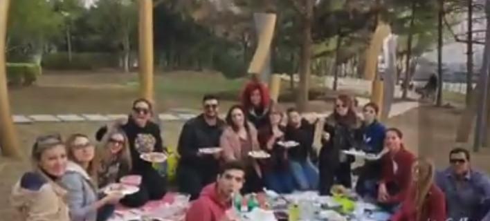 Ελληνες γιορτάζουν το Πάσχα στην Κίνα και περαστικοί Κινέζοι προσπαθούν να χορέψουν μαζί τους! [βίντεο]