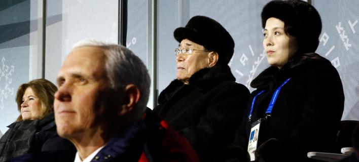 Ο Μάικ Πένς αριστερά και η αδελφή του Κιμ αριστερά παρακολουθούν την έναρξη των Ολυμπιακών Αγώνων -Φωτογραφία:AP Photo/Patrick Semansky, Pool