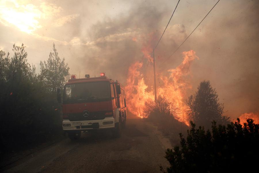 Μάχη με τις φλόγες δίνουν οι πυροσβέστες στον Ν. Βουτζά -Φωτογραφία:ΑΠΕ ΜΠΕ/ΑΛΕΞΑΝΔΡΟΣ ΒΛΑΧΟΣ