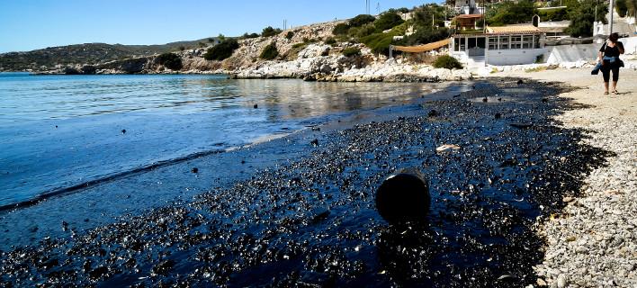 Περιβαλλοντικό έγκλημα στον Σαρωνικό -Πίσσα οι παραλίες μέχρι τη Γλυφάδα [εικόνες]
