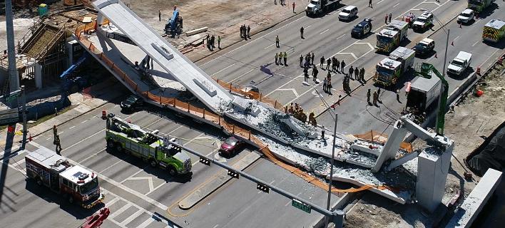 Τα συντρίμμια από την πεζογέφυρα στο Μαϊάμι (Φωτογραφία: DroneBase via AP)
