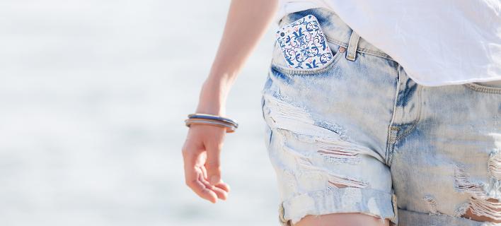 Μια γυναίκα έχει το κινητό τηλέφωνο στην τσέπη της, Φωτογραφία: Shutterstock