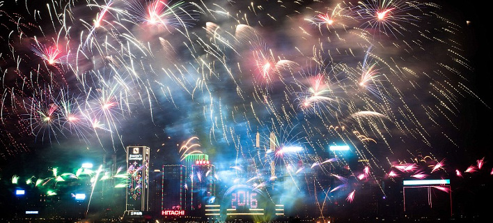 Πυροτεχνήματα, φωτεινά μπαλόνια και φιλιά -Ετσι υποδέχθηκε την Πρωτοχρονιά η μισή υφήλιος [εικόνες & βίντεο]