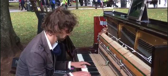 Αυτός ο μουσικός ορκίστηκε να παίζει πιάνο μέχρι η πρώην αγαπημένη του να γυρίσει σε εκείνον