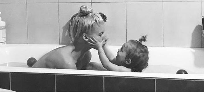 Η Ολγα Πηλιάκη κάνει μπάνιο γυμνή με την κόρη της [εικόνα]