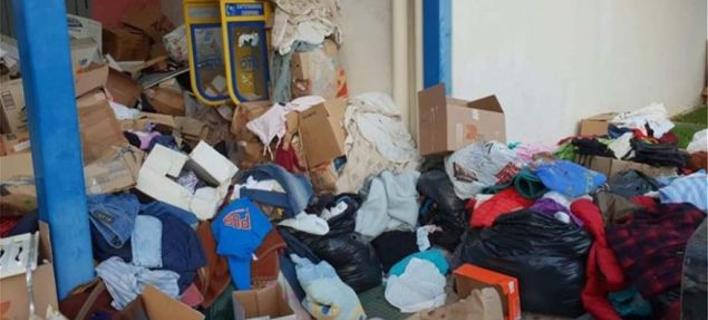 Ρούχα και άλλα είδη, σε κούτες ανοιγμένες, σε ένα χώρο αφύλακτο