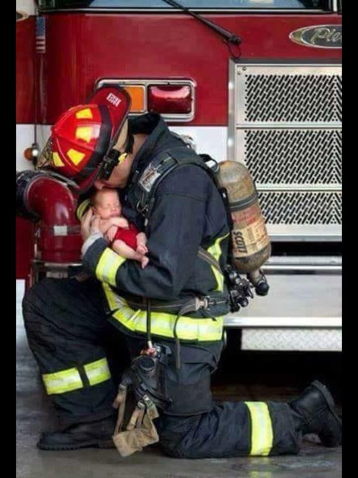 «Είσαι ασφαλές τώρα»...Την ώρα που πυροσβέστης σώζει ένα νεογέννητο μωρό