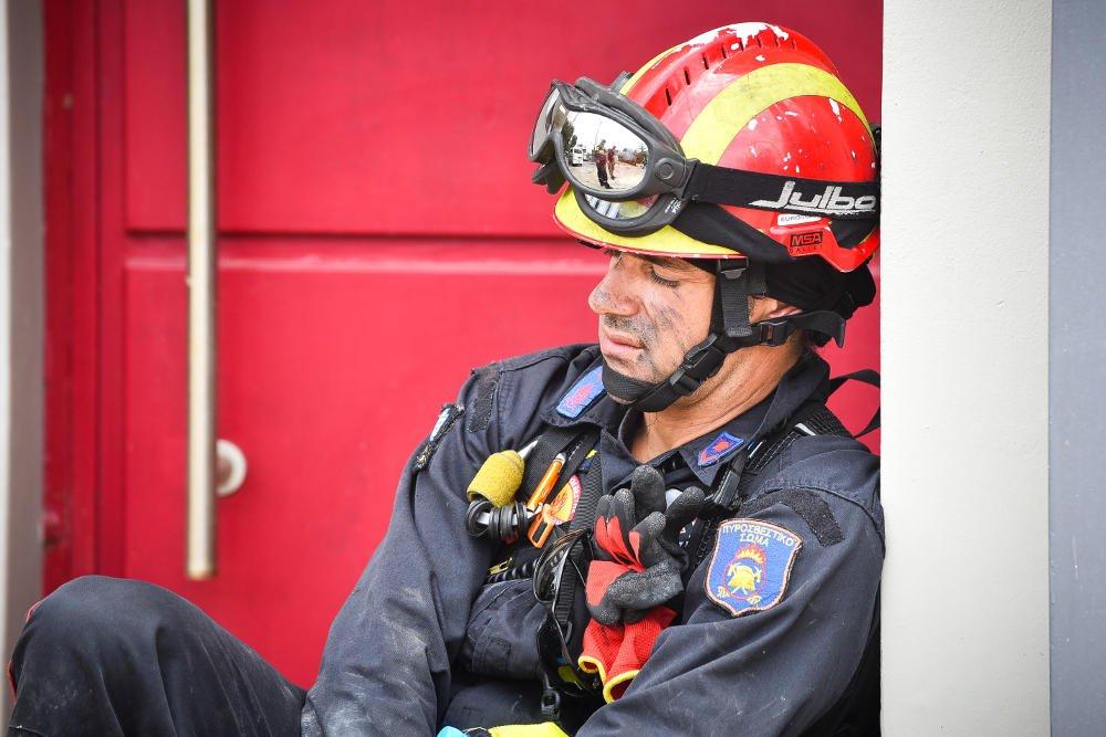 Φωτογραφίες δείχνουν την σκληρή δουλειά και την κούραση των πυροσβεστών.