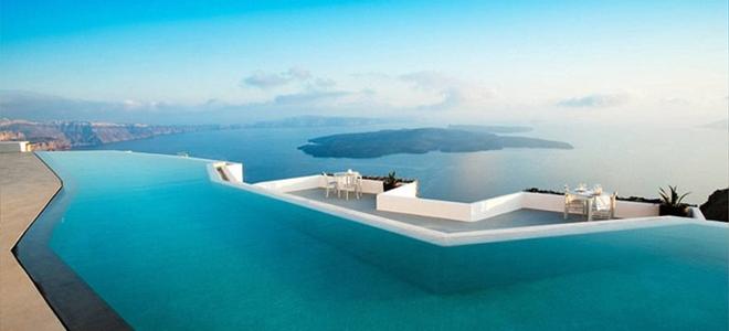 H πιο όμορφη πισίνα του κόσμου βρίσκεται στη Σαντορίνη: Κρεμασμένη στο βράχο, γίνεται ένα με τη θάλασσα -Οποιος κολυμπά σε αυτή είναι σαν να βρίσκεται σε αεροπλάνο [εικόνες]