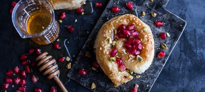 Για το ρεβεγιόν: εύκολα στριφτά πιτάκια με κατσικίσιο τυρί, μέλι, ρόδι και φιστίκια Αιγίνης [εικόνες]