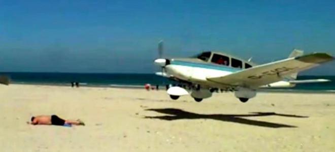 Η προσγείωση που κόβει την ανάσα -Εκανε ηλιοθεραπεία και το αεροπλάνο πέρασε εκατοστά από πάνω του [βίντεο]