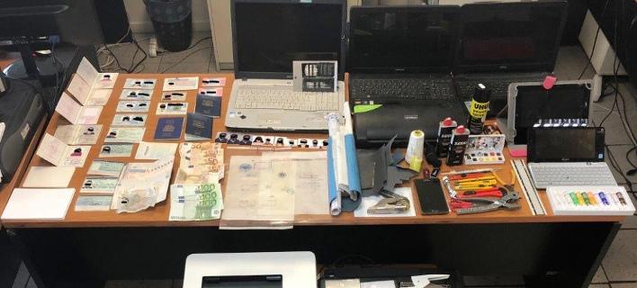 Βρέθηκε εργαστήριο πλαστών εγγράφων στα Πατήσια (Φωτογραφία: ΕΛ.ΑΣ.)