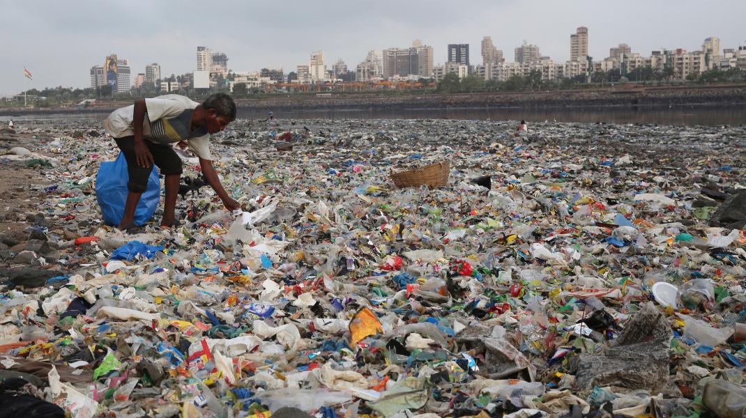 Ινδία, Μουμπάι: Μια φωτογραφία-γροθιά ενόψει της Παγκόσμιας Ημέρας Περιβάλλοντος 5 Ιουνίου - Φωτογραφία: ΑP Photo/Rafiq Maqbool